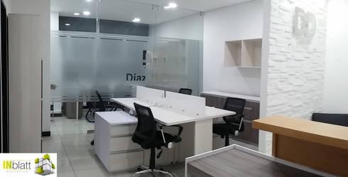 Diseño Arquitectónico y Construcción Oficinas D&D Abogados Asociados: Oficinas y tiendas de estilo  por INblatt _Arquitectura