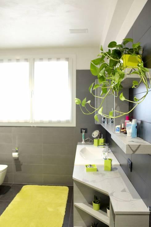 bagno casa prefabbricata: Bagno in stile  di CasaAttiva