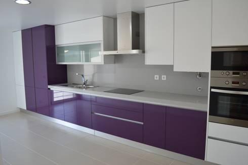 Cozinha em termolaminado roxo e branco: Cozinha  por Ansidecor