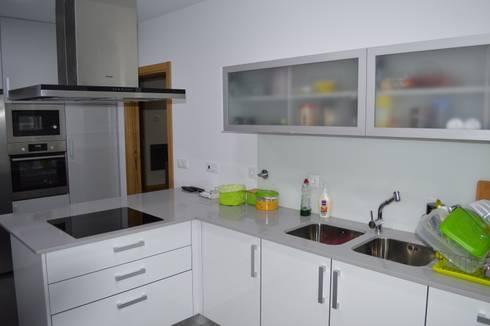 Cozinha com balcão em canto: Cozinha  por Ansidecor