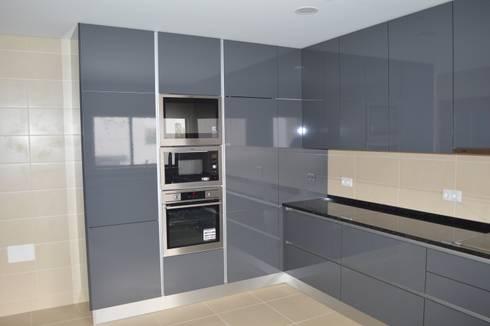 Cozinha em termolaminado cinza: Cozinha  por Ansidecor