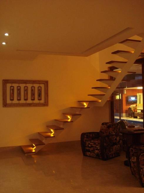 Pasillos y vestíbulos de estilo  por GEA Arquitetura