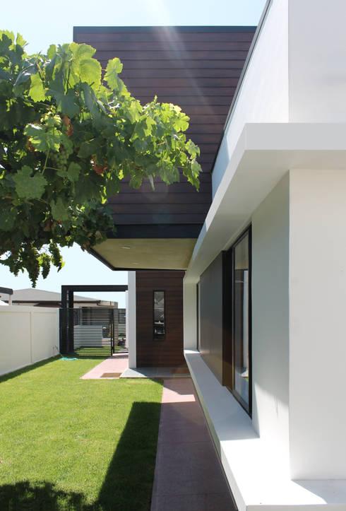 Casas modernas por Landeros & Charles Architects