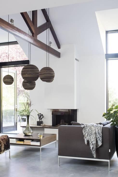Verrassende uitbouw achter traditionele gevel:  Woonkamer door ENZO architectuur & interieur