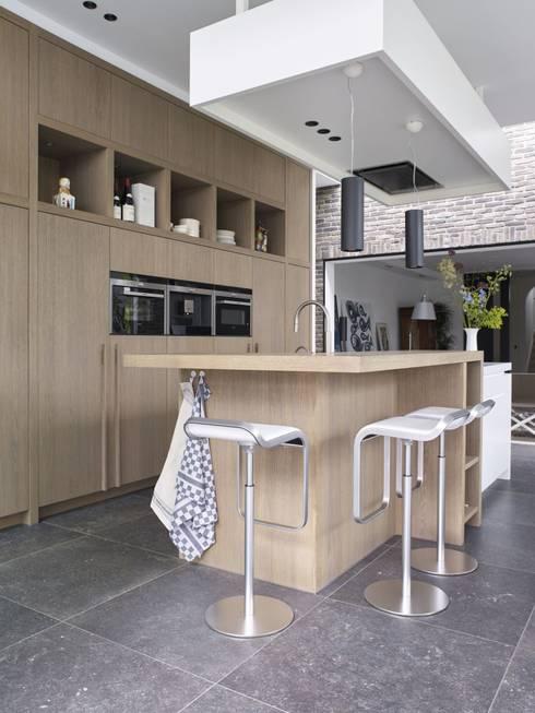 Monument aan de waterkant - vergunningsvrije uitbreiding:  Keuken door ENZO architectuur & interieur