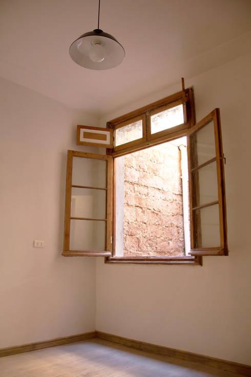 Recuperación de ventana, piso y muro exterior material a la vista: Ventanas de estilo  por Arquitectura + Diseño OK ADOK