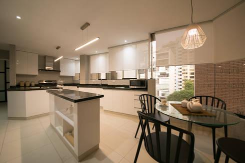 Departamento Malecon Miraflores: Cocinas de estilo ecléctico por Oneto/Sousa Arquitectura Interior