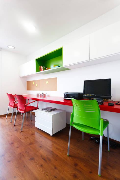 Departamento Piri: Estudios y despachos de estilo moderno por Oneto/Sousa Arquitectura Interior