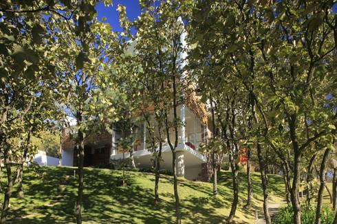Fachada Casa Azpeytia: Casas de estilo minimalista por Echauri Morales Arquitectos