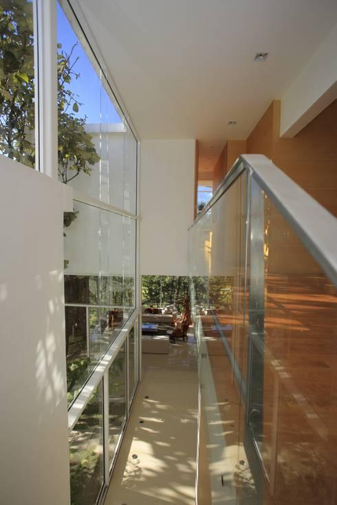 Pasillo: Pasillos y recibidores de estilo  por Echauri Morales Arquitectos