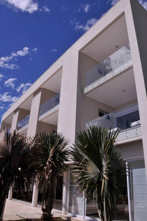 Fachada: Casas modernas por A/ZERO Arquitetura