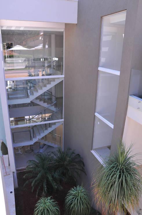 Escada Principal: Casas modernas por A/ZERO Arquitetura
