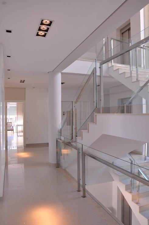 Hall de distribuição das suítes: Corredores e halls de entrada  por A/ZERO Arquitetura