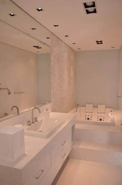 Banheiro Suíte: Banheiros modernos por A/ZERO Arquitetura