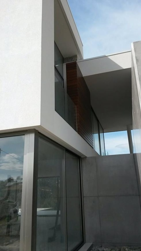 Casa de Molares: Casas minimalistas por Hugo Pereira Arquitetos