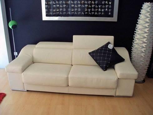 Almofada grande: Sala de estar  por IP- INTERIORES PERFEITOS DECOR