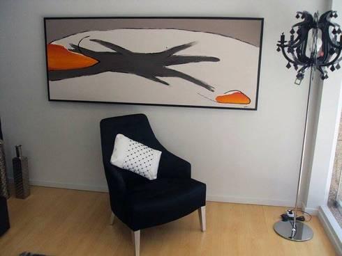 ALMOFADAS CHANNEL: Sala de estar  por IP- INTERIORES PERFEITOS DECOR