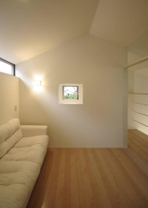 子供室: LIC・山本建築設計事務所が手掛けた寝室です。