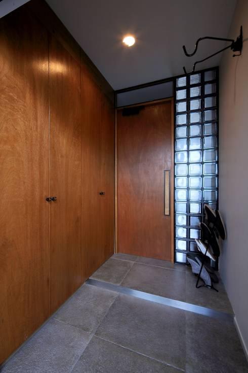 玄関: studio m+ by masato fujiiが手掛けた廊下 & 玄関です。