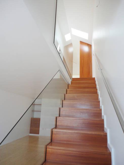 Escada - DEPOIS: Corredores e halls de entrada  por GAAPE - ARQUITECTURA, PLANEAMENTO E ENGENHARIA, LDA