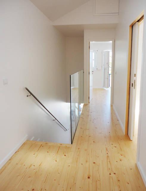 Acesso aos quartos - DEPOIS: Corredores e halls de entrada  por GAAPE - ARQUITECTURA, PLANEAMENTO E ENGENHARIA, LDA