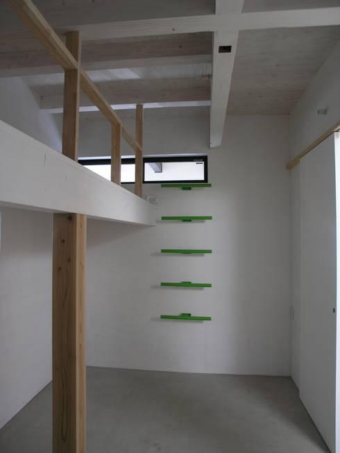 三鷹の家: 荘司建築設計室が手掛けた寝室です。