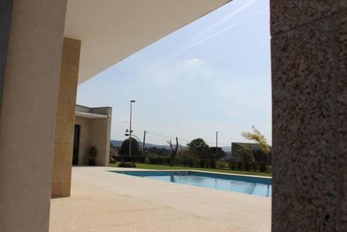Relação do alçado poente com o jardim e piscina.: Casas modernas por Sérgio Bouça