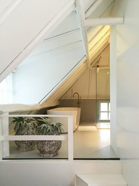 Het Dijkhuis:  Badkamer door Grego Design Studio