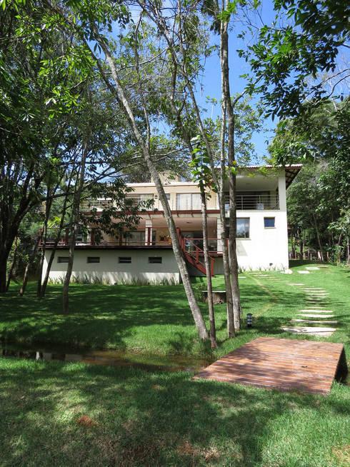 Casa Avenida do Lago: Casas  por Alexandre Senra Arquitetos Associados