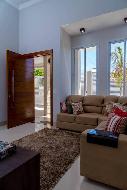 Salas / recibidores de estilo  por ADRIANA MELLO ARQUITETURA