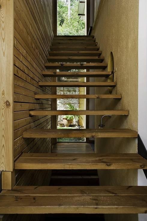 Pasillos y recibidores de estilo  por NOEM