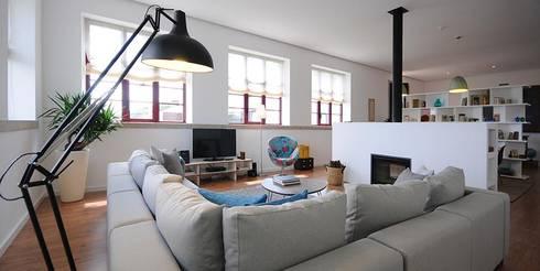 LUGAR DAS LETRAS: Salas de estar modernas por MHPROJECT