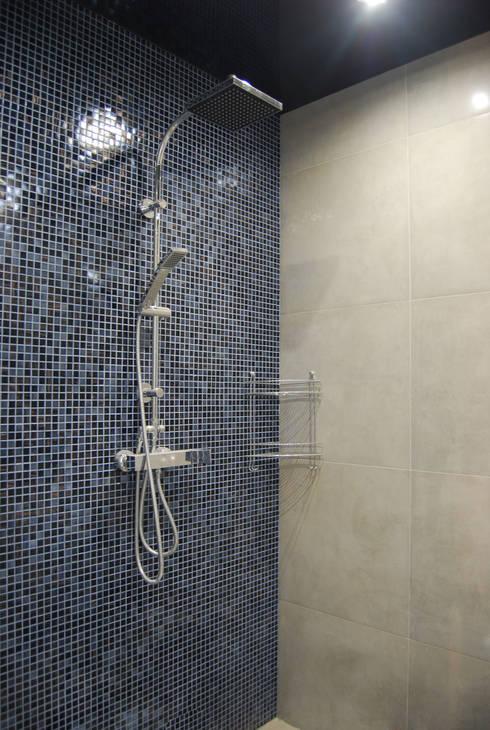 Два таунхауса для двух семей: Ванные комнаты в . Автор – Студия архитектуры и дизайна Вояджи Дарьи