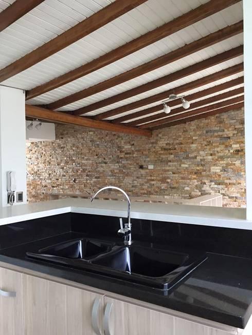 Contrastes de todos claros y oscuros en cocina: Cocinas de estilo  por ALSE Taller de Arquitectura y Diseño