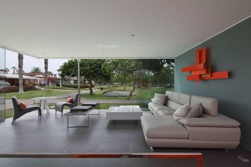 Casa Blanca: Terrazas de estilo  por Martin Dulanto