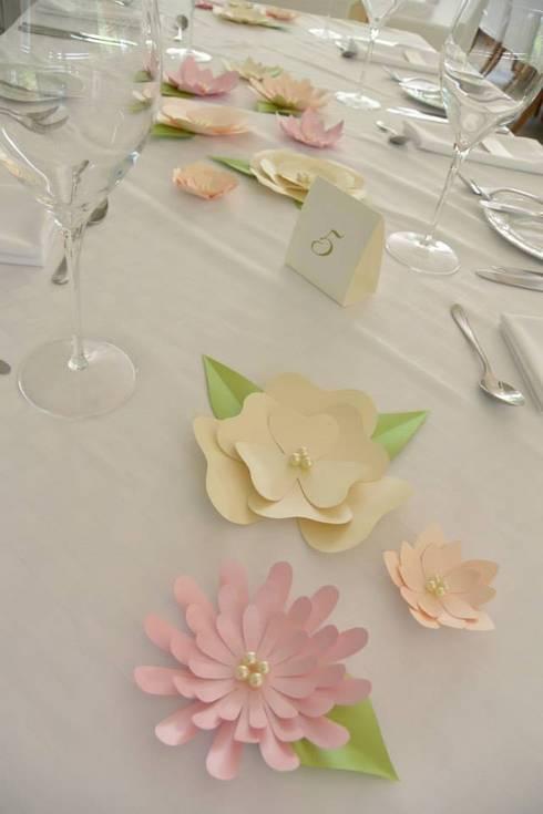 Matrimonio: Comedor de estilo  por POLYHEDRA ESTUDIO