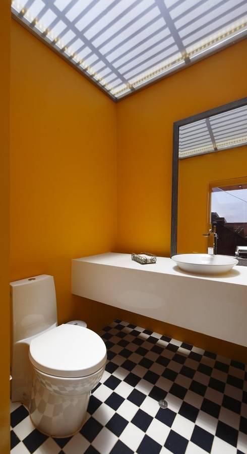Casa P12: Baños de estilo moderno por Martin Dulanto