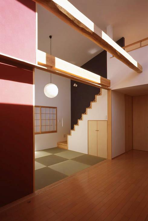 Projekty,  Korytarz, przedpokój zaprojektowane przez 株式会社横山浩介建築設計事務所