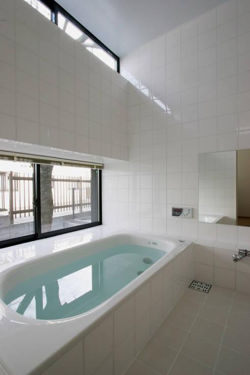 Projekty,  Łazienka zaprojektowane przez 株式会社横山浩介建築設計事務所