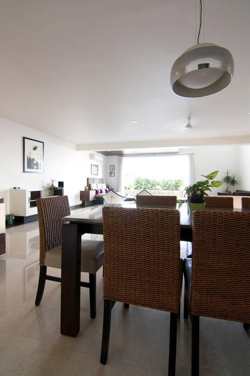 Hazel Penthouse: minimalistic Dining room by Kamat & Rozario Architecture