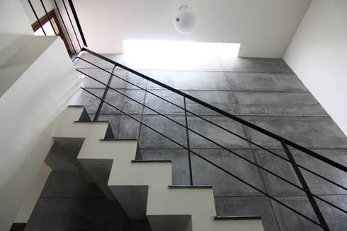 House 328:  Corridor & hallway by Kamat & Rozario Architecture