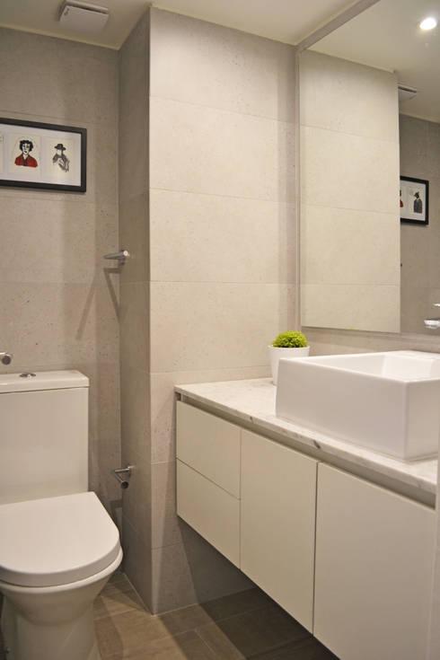 DEPTO. 34 : Baños de estilo minimalista por ESTUDIO BASE ARQUITECTOS