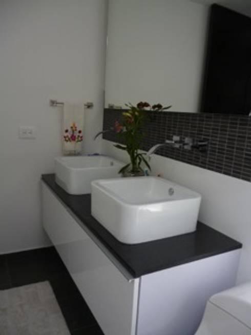 PROYECTO MOBILIARIO HOGAR  APARTAMENTO: Baños de estilo moderno por La Carpinteria - Mobiliario Comercial