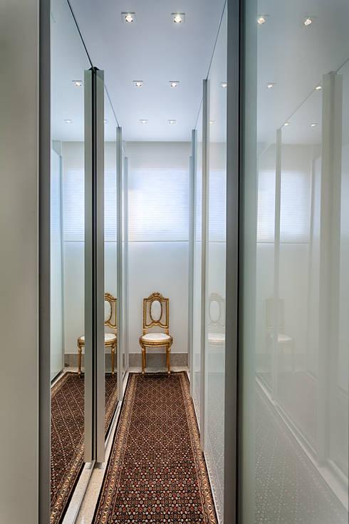 Dressing room by Emmanuelle Eduardo Arquitetura e Interiores