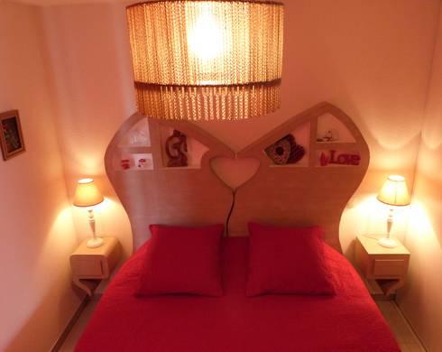 Tête de lit et table de chevet suspendu: Chambre de style de style Classique par LpB Carton