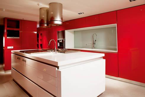 Esta cozinha é fogo: Cozinhas minimalistas por FABRI