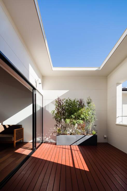 室内化したテラスを持つ家: 設計事務所アーキプレイスが手掛けたテラス・ベランダです。