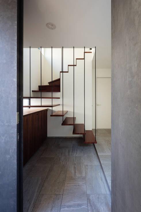 室内化したテラスを持つ家: 設計事務所アーキプレイスが手掛けた廊下 & 玄関です。
