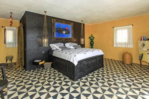 baldosas hidraulicas, suelo de cemento, baldosas, cement tiles, encaustic tiles,: Dormitorios de estilo mediterráneo de Crafted Tiles