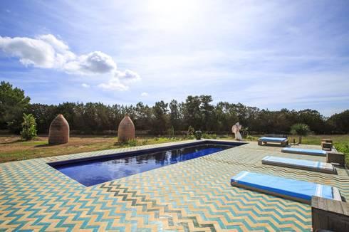 New Customer photos of cement tiles: Piscinas de estilo mediterráneo de Crafted Tiles